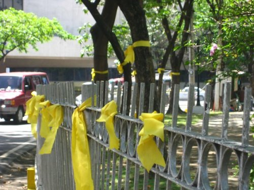 The yellow ribbons at the Fuente Osmeña Circle. Some guys also had themselves bald to show support to Mayor Tomas Osmeña. (special thanks to Clarence Andrew Mongado of dahonglaya.com for the photo)